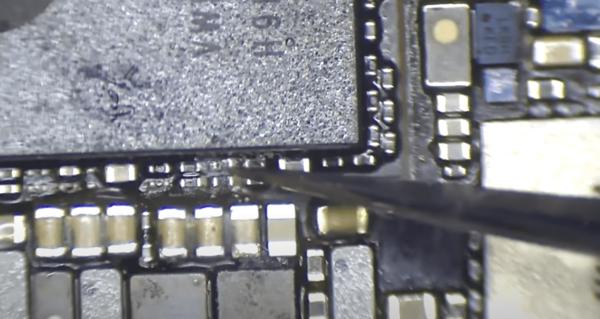 Resistance carte-mère iphone 11 pro à enlever